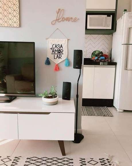 63. Pequenos objetos decorativos podem fazer toda a diferença na decoração dos ambientes – Foto: Apto 83