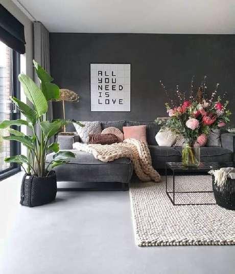 3. Vasos de plantas são ótimas dicas de decoração para sala – Foto: Pinosy