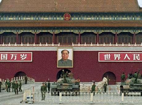 Soldados e tanques do Exército chinês na Praça a Paz Celestial em junho de 1989 09/06/1989 REUTERS/Richard Ellis