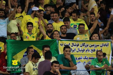 Camisa do Sanat Naft é similar à da Seleção e alguns torcedores levam bandeiras do Brasil (Foto: M. A. Ansari)