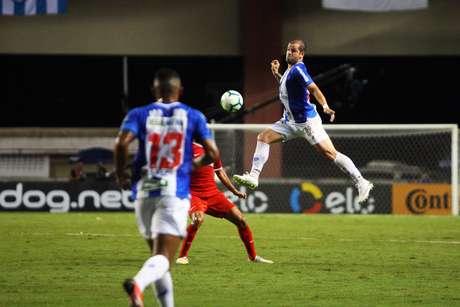 Tiago Luís, do Paysandu, durante partida contra o Internacional válida pelas oitavas de final da Copa do Brasil, no estádio Mangueirão, em Belém (PA), nesta quarta-feira, 29.