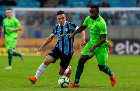 Pepê, do Grêmio, disputa lance com Bruno Alves, do Juventude, em partida válida pelas oitavas de final da Copa do Brasil, na Arena do Grêmio, em Porto Alegre (RS), nesta quarta-feira, 29.