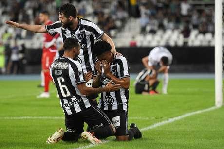 Gustavo Bochecha, do Botafogo, comemora o seu gol em partida contra o Sol de América, do Paraguai, válida pela segunda fase da Copa Sul-Americana, no estádio Engenhão, no Rio de Janeiro, nesta quarta-feira, 29.