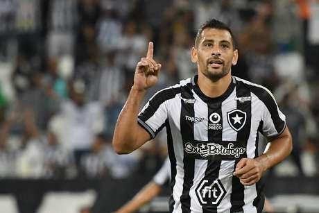 Diego Souza, do Botafogo, comemora seu gol em partida contra o Sol de América, do Paraguai, válida pela segunda fase da Copa Sul-Americana, no estádio Engenhão, no Rio de Janeiro, nesta quarta-feira, 29.