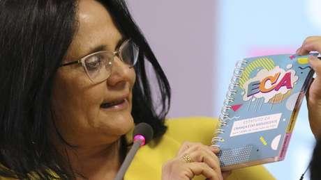 Ministra defende criação de 'estatuto do nascituro'