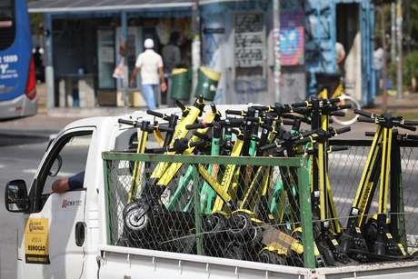 A apreensão de patinetes continua ocorrendo na cidade de São Paulo; caminhão da Prefeitura foi visto na última sexta-feira (31) recolhendo os equipamentos