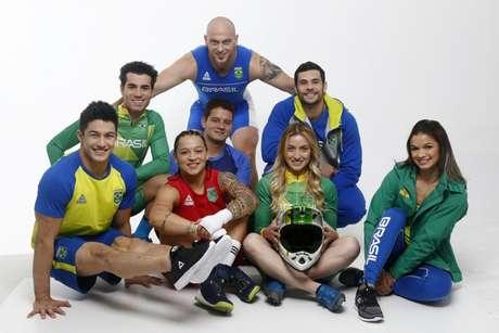 Atletas posam com os uniformes do Time Brasil para o Pan de Lima (Foto: Divulgação/COB)