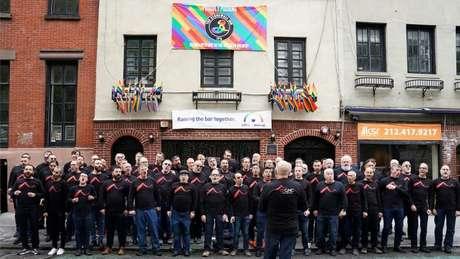 Coral de homens gay de São Francisco se apresenta em frente ao Stonewall Inn em Nova York