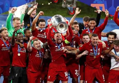 Jordan Henderson levanta o troféu da Liga dos Campeões; é a sexta vez que time vence competição