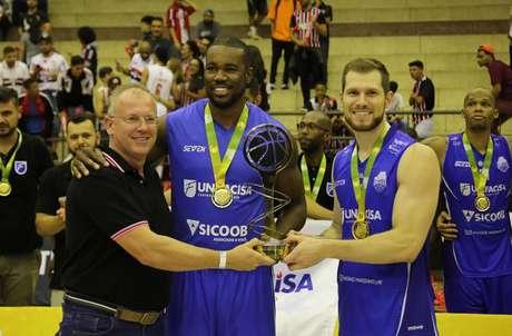 Unifacisa comemora a conquista da Liga Ouro de basquete (Foto: Rubens Chiri/SPFC)