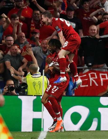 Divock Origi comemora o segundo gol do Liverpool
