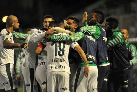 Dudu do Palmeiras comemora gol durante a partida entre Chapecoense SC e Palmeiras SP, válida pelo Campeonato Brasileiro 2019, no Estádio Arena Condá em Chapecó (SC), neste domingo (02).
