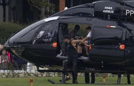Neymar, de helicóptero, retornou a Granja Comary neste domingo (Foto: AFP)