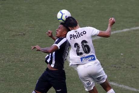 Bergson, do Ceará, disputa lance com Aguilar, do Santos, em partida válida pela 7ª rodada do Campeonato Brasileiro 2019, na Arena Castelão, em Fortaleza, neste domingo