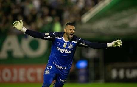 O goleiro Wéverton, do Palmeiras, comemora gol da equipe durante a partida contra a Chapecoense válida pela 7ª rodada do Campeonato Brasileiro 2019, na Arena Condá, em Chapecó, neste domingo (2).