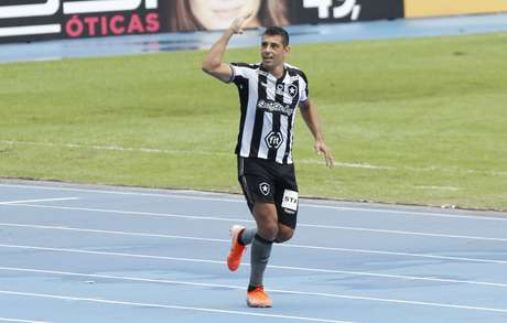 Diego Souza, do Botafogo, comemora seu gol marcado após lance da partida contra o Vasco