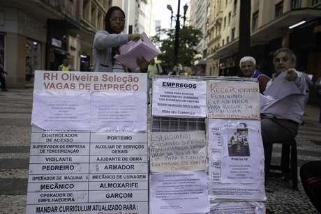 Pessoas procuram emprego em anúncios na Rua Itapetininga, região central de São Paulo
