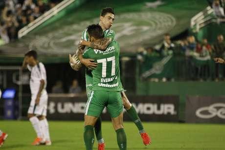 Comemoração do gol de Everaldo, da Chapecoense, durante a partida contra o Palmeiras, válida pela 7ª rodada do Campeonato Brasileiro 2019, na Arena Condá, em Chapecó, neste domingo (2).