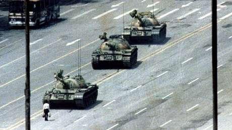 A imagem do 'homem do tanque', também conhecido como 'rebelde desconhecido', virou ícone do massacre na Praça da Paz Celestial em 1989