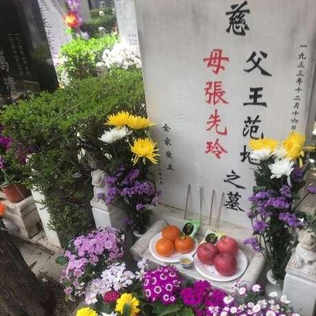 Nesta lápide foram sepultados os restos mortais do marido e do filho de Zhang