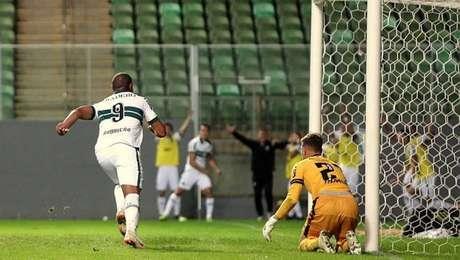 Rodrigão fez o gol do Coritiba no empate com o América-MG