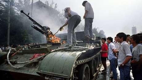 Alguns manifestantes tentaram incendiar os tanques que invadiram a praça
