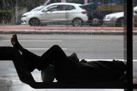 Pedestres enfrentaram manhã de chuva e queda de temperatura, com alguns poucos momentos de sol, na região da Avenida Paulista, no centro de São Paulo, nesta segunda-feira, 3 de junho de 2019.