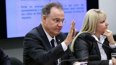 O relator da Previdência na comissão, Samuel Moreira (PSDB-SP) admite que retirar ou não os Estados é um ponto 'polêmico' da reforma