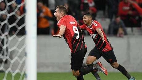 Marco Ruben comemora o gol do Athletico-PR na vitória sobre o Fortaleza