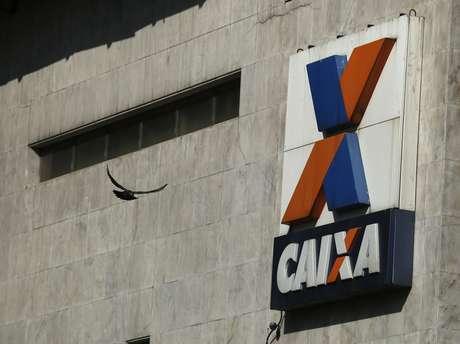 Logotipo da Caixa Econômica Federal à frente de escritórios do banco no Rio de Janeiro