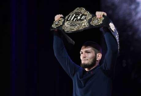 Com luta marcada, Khabib Nurmagomedov renovou recentemente seu contrato com o UFC (Foto: Getty Images)