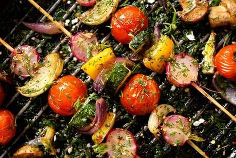 Uma ótima ideia é fazer espetinhos com vegetais diversos e colocar para grelhar