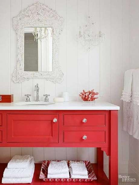2. Decoração clássica para banheiro vermelho e branco com espelho provençal – Foto: Better Homes