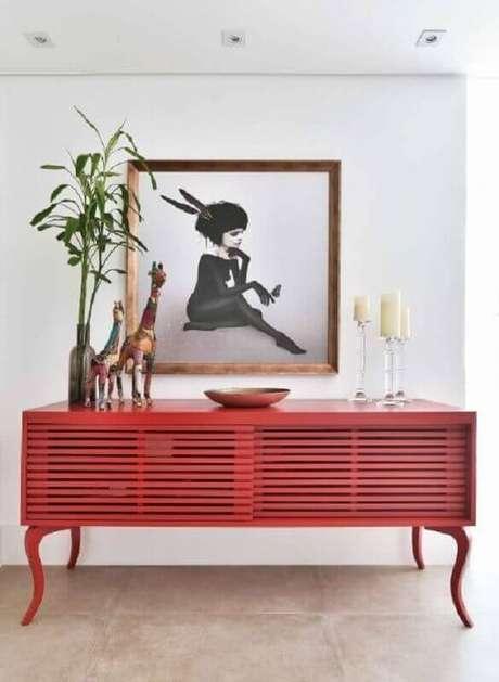 22. Os tons de vermelho podem ser inseridos na decoração através de móveis – Foto: Alexandra Matos Design