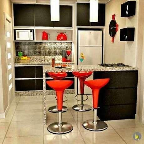 24. Decoração para cozinha pequena com banquetas vermelhas e armários pretos – Foto: Pinterest