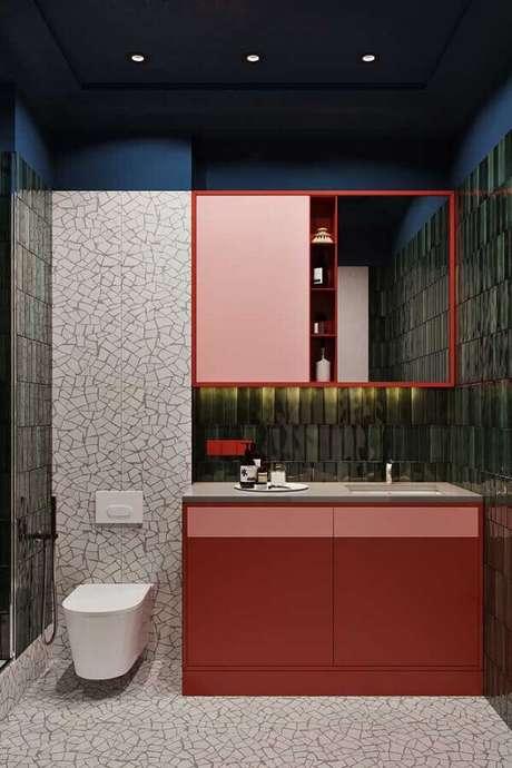 33. Decoração moderna para banheiro em tons de vermelho – Foto: iFunn