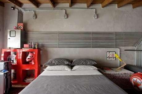 9. O quarto vermelho e cinza pode ganhar um estilo industrial utilizando os acabamentos certos – Foto: Archilovers