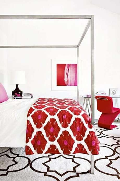 40. Decoração com tons de vermelho e rosa para quarto amplo com dossel em inox – Foto: Air Freshener