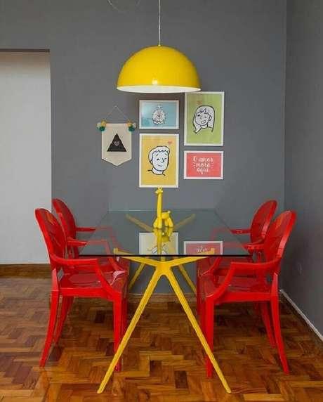 13. É possível combinar tons de vermelho com outras cores vibrantes – Foto: Gorzavel