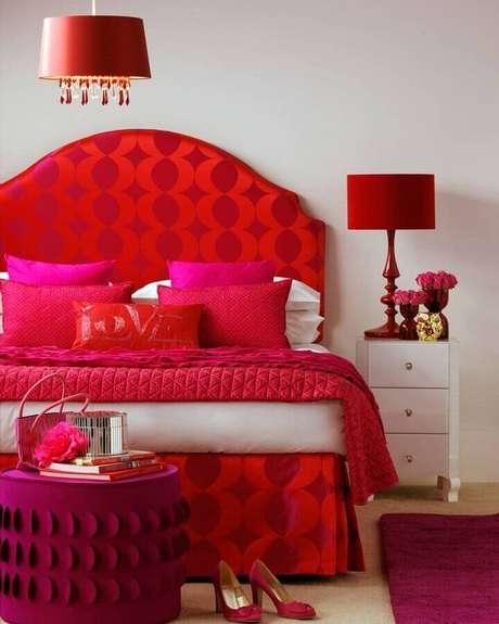 49. Decoração em tons de vermelho e pink para quarto branco – Foto: Evgenia Kuzmina