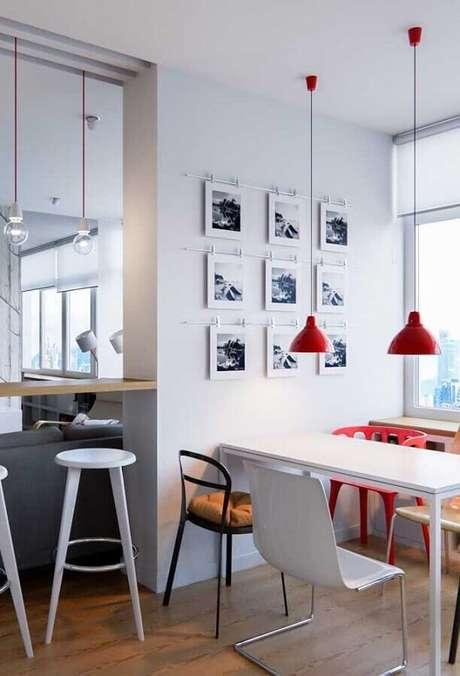 45. Em ambientes bem claros os tons de vermelho se tornam destaque na decoração – Foto: Pinterest