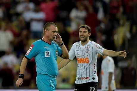 O árbitro Leandro Pedro Vuaden (RS) consulta o VAR durante a segunda partida entre Flamengo e Corinthians, válida pelas oitavas de final da Copa do Brasil 2019.
