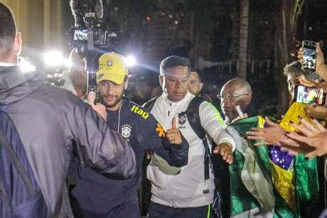 Neymar chega ao hotel em Brasília, no Distrito Federal (DF), onde a Seleção se concentra para a partida contra o Catar nesta quarta-feira (5)