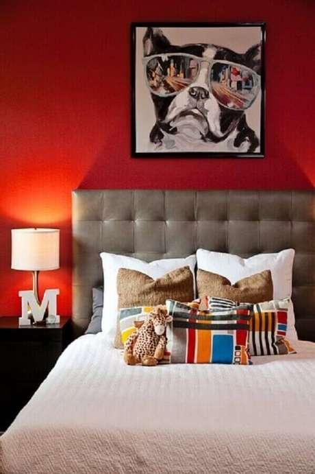 57. Quarto decorado com parede vermelha e cabeceira capitonê cinza – Foto: Shutterfly