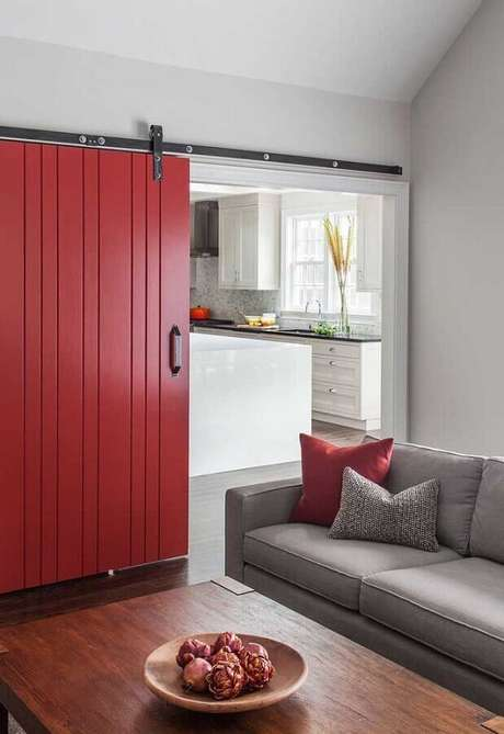 63. Sala decorada com porta de correr vermelha – Foto: Pinterest