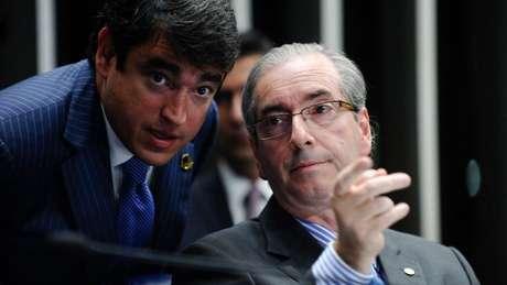 Eduardo Cunha (dir.) em 2015, ao lado de um servidor do Senado