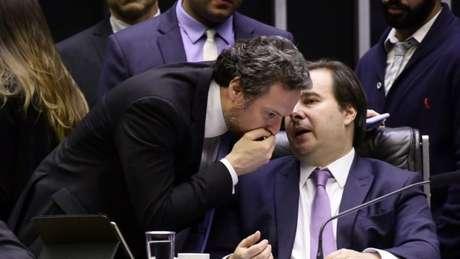 Rodrigo Maia (sentado, dir.): 'Parlamento recompõe sua prerrogativa' com Orçamento Impositivo