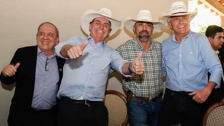 Bolsonaro não acompanhou a votação desta quarta: estava em um evento em Barra do Garça (MT), com o governador de Goiás, Ronaldo Caiado (dir.)