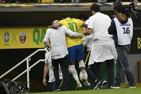 Neymar, do Brasil, deixa o campo com dores no tornozelo em partida amistosa contra o Catar, realizada no estádio Mané Garrincha, em Brasília, nesta quarta-feira, 05.