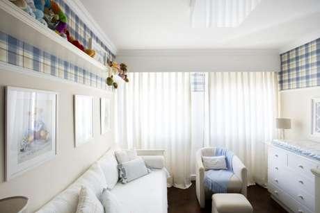 10. Quarto de luxo de menino com papel de parede e prateleira com brinquedos – Foto: Decore Planejados